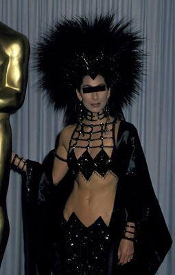 Cher, 1988 Academy Awards  Davet Satürn gezegeninde yapılmıyorsa bilim-kurgu filmlerindeki gibi giyinmek komik olur! Sakın yapmayın...